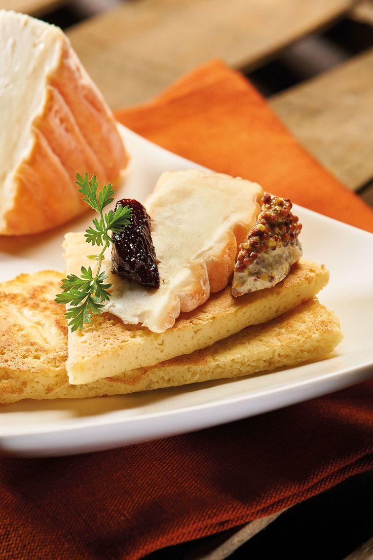 Eine raffiniertes Vorspeisen Rezept sind diese kleinen Kartoffel-Pfannkuchen, die mit Berthaut Epoisses AOP Weichkäse und Dijon-Senfcrème gereicht werden!