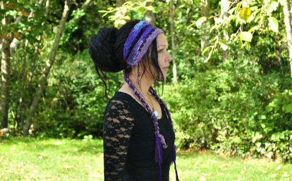 Deze beugel is een origineel ontwerp voor intergalactische kleding. Haar is een interstellaire weven hoofdband die is gemaakt met paarse tinten en maagdenpalm. Perfect voor dreadlocks, vlechten, krullen of wat anders u hebben aan de hand.  Ik hou van deze hoofdbanden. Ik krijg aan het uitputten van alle mijn kleine stukjes die gewoon niet zal werken voor andere projecten. Het maakt me gevoelsgoed om dergelijke aarde-vriendelijke stukken te maken.  Onze interstellaire weven hoofdbanden…