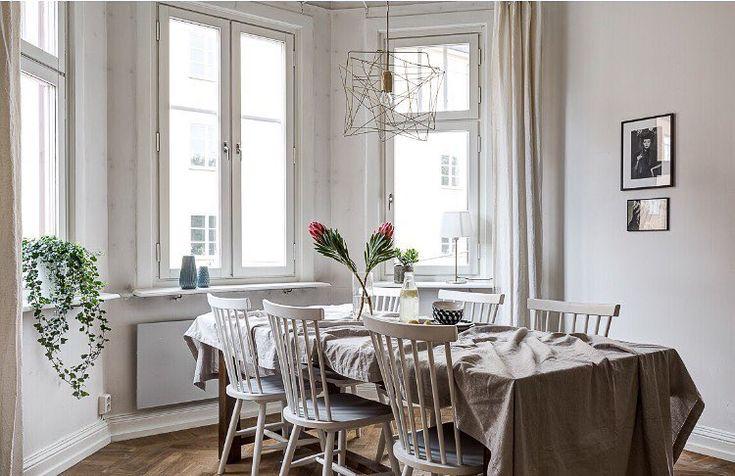 Vi säljer en drömvåning på Borgargatan 2 just nu med tre burspråk, pardörrar och en pampig kakelugn 💐 Visas 2/10 och 3/10 Foto: Tommy för @clearcutfactory Styling: Youssef Bakali för @designtherapy.se #husmanhagberg #stockholm #södermalm #hornstull #interiordesign #interior #styling #scandinavianhomes #tillsalu #sekelskiftesdröm