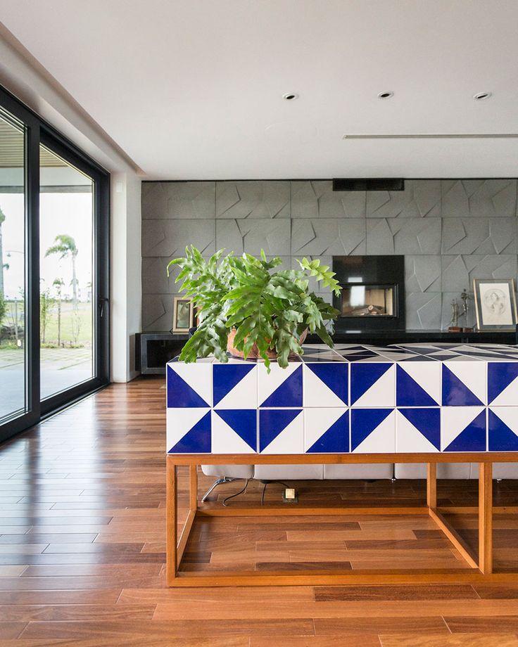 Decoração, decoração de casa, design de interiores, com portas de vidros, piso de madeira, sofá branco, plantas de decoração, cinex, revestimento.