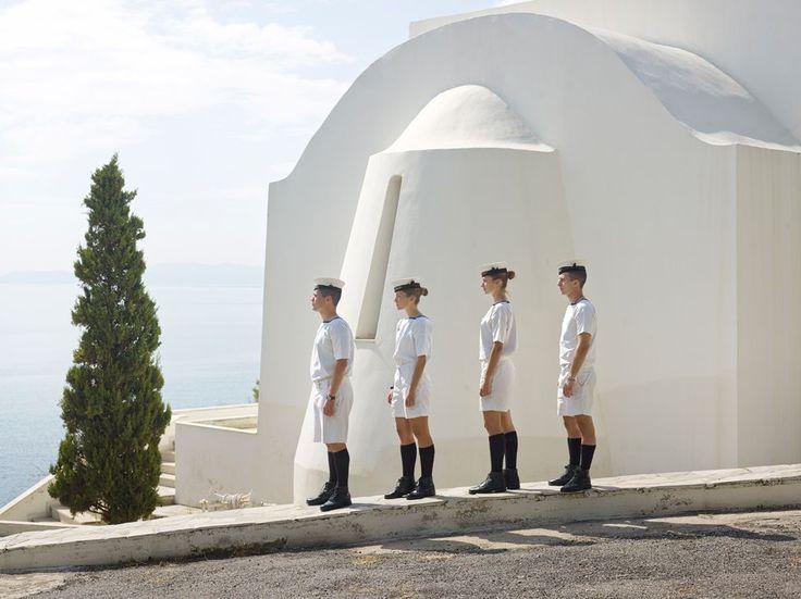 Φωτογραφίες του Paolo Verzone για την Ευρώπη δημοσιεύει η NZZ. Στη σειρά για τις στρατιωτικές ακαδημίες και η εκπληκτικής ομορφιάς φωτογραφία με τα αγόρια και τα κορίτσια του Ελληνικού ναυτικού ( Foto-Tableau Nachrichten - NZZ.ch)