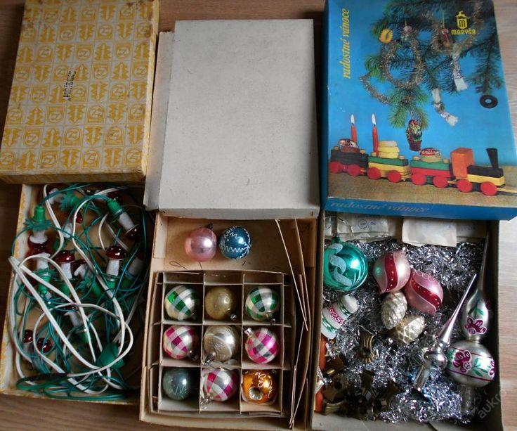 Staré vánoční ozdoby, mosazné držáčky a světýlka..