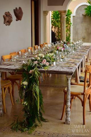 CBV246 greenery and white and pink roses centerpieces/ centro de mesa de runner, pasillo de follaje, hojas y flores