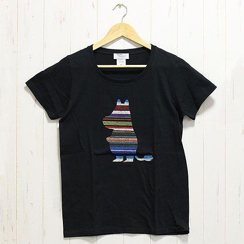 サロペ地のアップリケが雰囲気たっぷりなレディース半袖Tシャツです。レーザーでプリントされたサロペ地のアップリケは、落ち着いたランダムボーダーカラーがおしゃれな雰囲気。ムーミンのシルエットが黒地のTシャツに映えてクールな印象です。着回ししやすいシンプルなデザインは、コーディネートをランクアップしてくれそうです♪※サロペ地部分は、商品により柄の見え方が異なります。予めご了承ください。[素材]綿100%[サイズ]レディースMサイズ着丈:約64cm身幅:約46cm[原産国]中国[発売元]株式会社ワタナベ※商品の色や質感を出来るだけ忠実に再現するよう心掛けていますが、画面上の色はブラウザや設定により実物と若干異なる場合がございます。