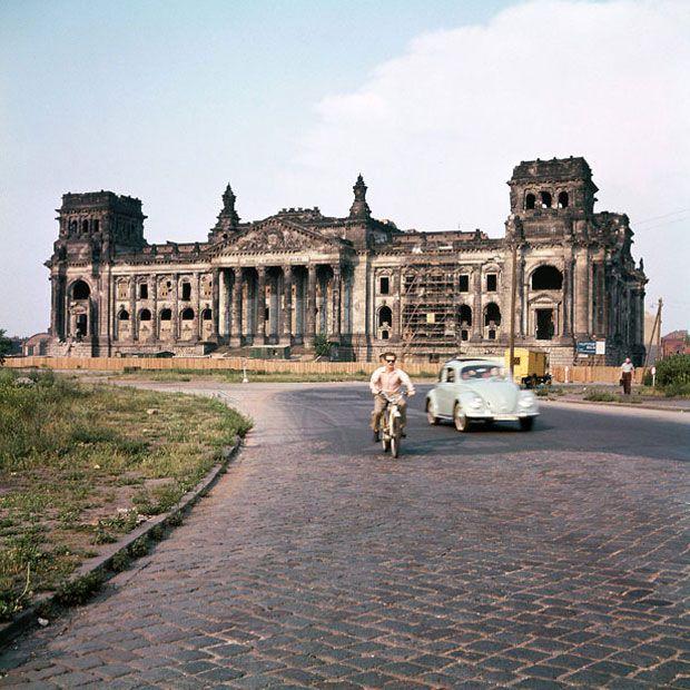 Die Ruine des Reichstags, Berlin, Sommer 1958|©  J.H. Darchinger/courtesy Friedrich-Ebert-Stifung, Bonn
