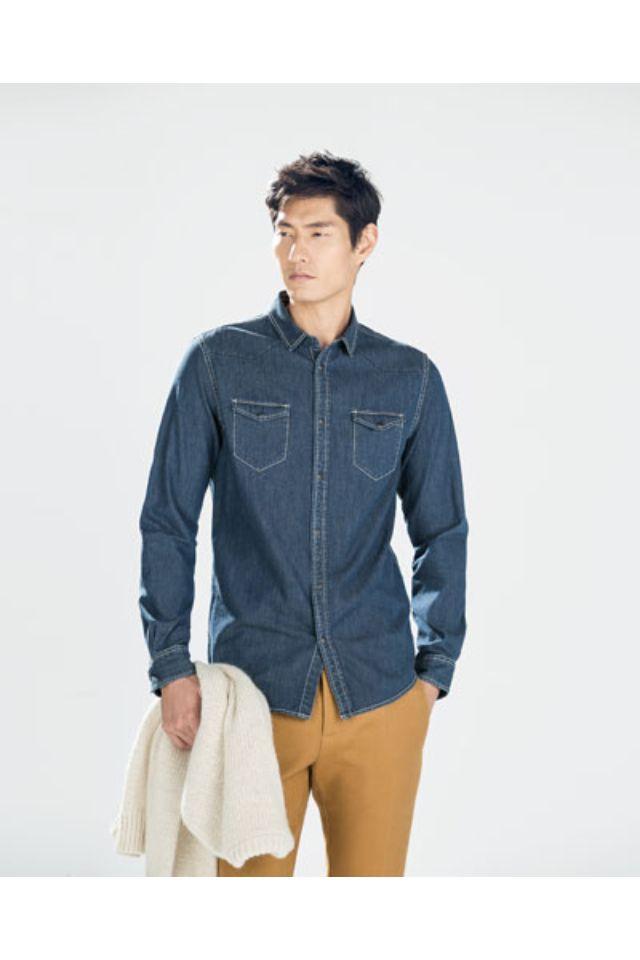 54f10d62f2380 Pantalón color mostaza con camisa de jeans.