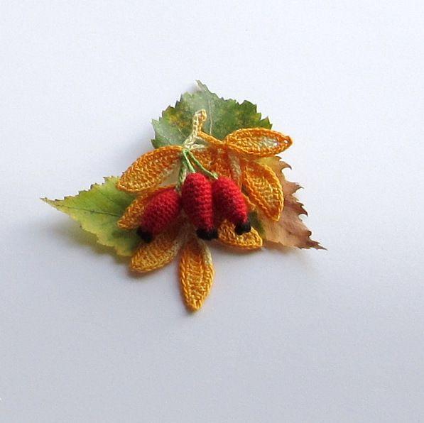 Háčkovaná brož-šípek Miluji podzim. Proto jsem se pustila do výroby háčkovaných podzimních broží. Uáčkované jsou z perlovky,vyplněné dutým vláknem a naškrobené powrtexem. Výška cca 8 cm šířka cca 7 cm. Pokud budete mít nějaký dotaz,ráda jej zodpovím. Zboží zasílám v krabičce a bublinkové obálce.