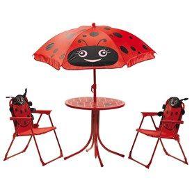 Při dovádění na zahradě si děti rádi i posedí. Pro takové chvíle tu máme červený set. Set obsahuje stoleček, dvě židle a slunečník. V tomto příjemném koutku, ve společnosti roztomilé berušky, si vaše děti mohou v klidu odpočinout, udělat piknik, nebo si při něj jen tak hrát.