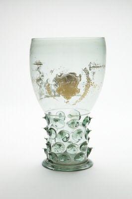 Blåst, grönt glas, bemålat med guld. Från 1600-talets första hälft.