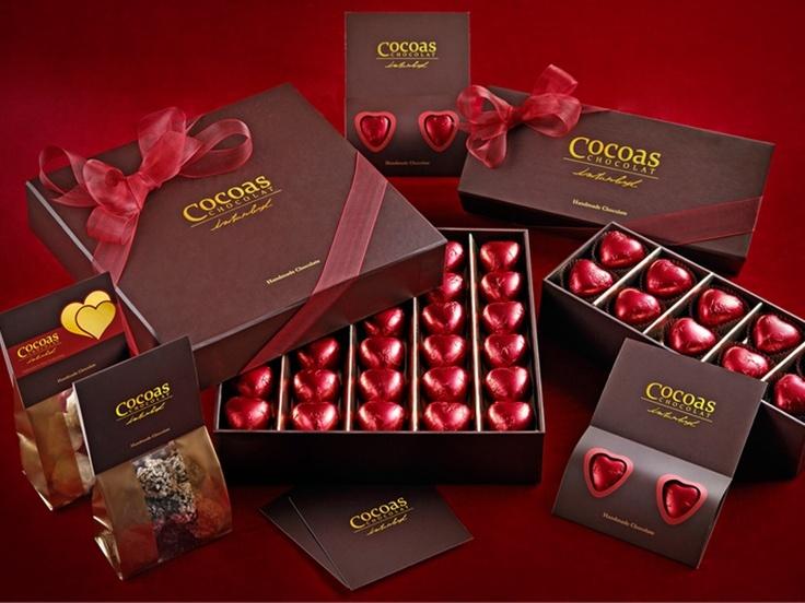 Cocoas Chocolat İstanbul'dan muhteşem kalp şeklinde çikolatalar, saten kurdeleler, gizli aşk notları ile gerçek bir romantizmi yaşamanız için liyi bir başlangıç. Cocoas Chocolat el yapımı ve katkı maddesi kullanılmadan işlenerek hazırlanan özel çikolata çeşitleriyle şam fıstıklı, sütlü çikolatalı ve altın varaklı kutularıyla, altın varaklı poşetiyle birlikte çikolata tutkunlarını lezzet ve zerafetle...çikolata sepeti, çikolatasepeti, chocolate, özel çikolata, sevgili, turuf, karamel…