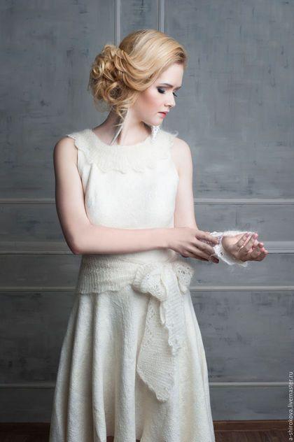 Купить или заказать Войлочное платье 'Французский шик' в интернет-магазине на Ярмарке Мастеров. Войлочное платье 'Французский шик', с отделкой из оренбургской пуховой вязаной шали (воротник, пояс). Цвет - сливочный, кремовый, легкая золотистость. Ассиметричная юбка солнце-клеш, спереди короче, сзади длиннее. Платье сваляно из тонкой 16мкн шерсти и большого количества волокон. На подкладе - маргиланский разряженный шелк, армирует изнанку. Сверху шерсть полотно покрыто большим к...