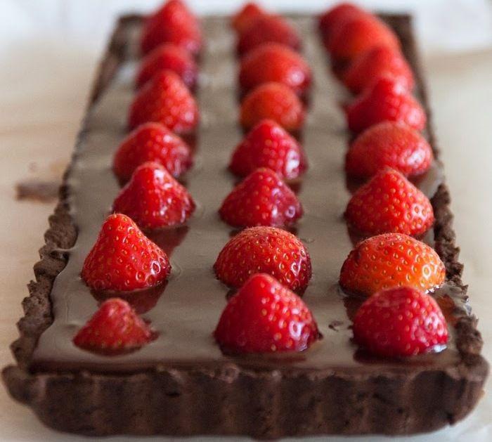 Tarte de chocolate negro com morangos - Dark chocolate pie and strawberries.
