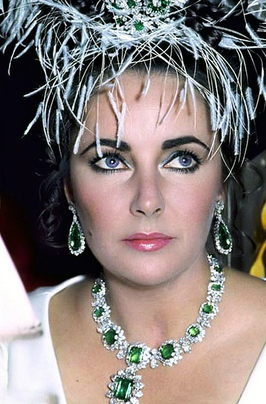 Elizabeth Talor wearing Bulgari's famous emerald collar with beautiful emerald and diamond drops.