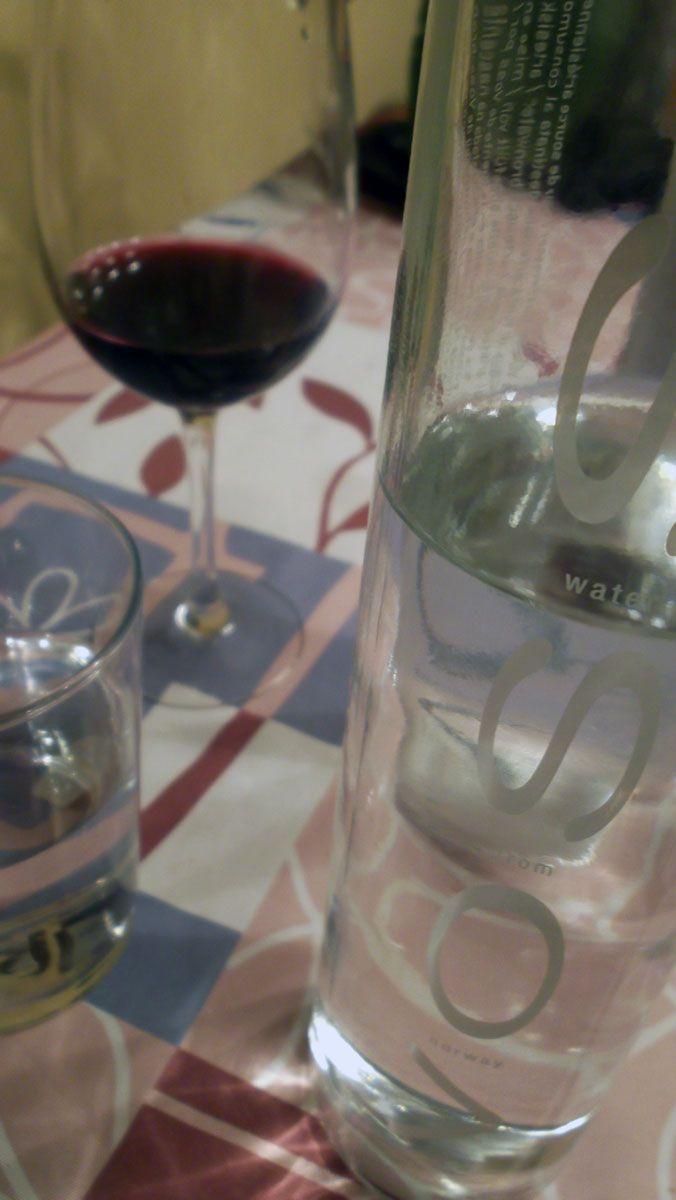 Agua premium VOSS y cata de vinos.