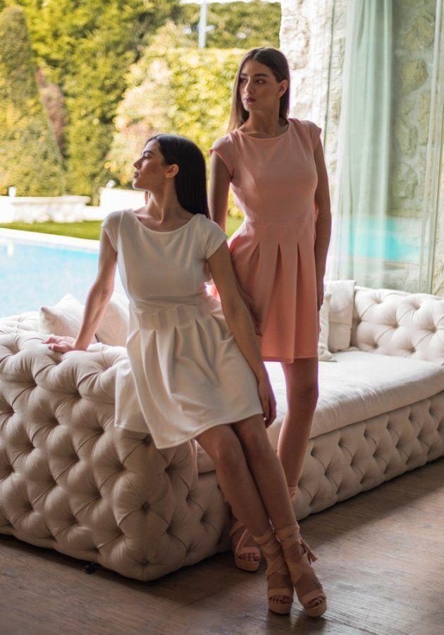 Ροζ ή Λευκό; Λευκό ή Ροζ; Όποιο Φόρεμα και αν επιλέξετε, Σίγουρα θα καταφέρετε να Ξεχωρίσετε σε κάθε Εμφάνισή σας. Φορέστε το με φλατ παπούτσια το Πρωί και με ψηλοτάκουνα Πέδιλα το Βράδυ. 🌺 Υψηλή Μόδα σε Προσιτή Τιμή 🌺 #φορεματα