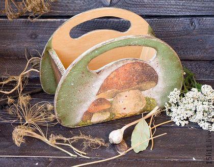Короб `ГРИБНОЕ ЛУКОШКО`. Короб выполнен в 'деревенском' стиле.Удобен для хранения пакетиков со специями. Может использоваться в качестве сухарницы.  Дерево внутри затонировано натуральным кофе.  Безопасен для пищевых продуктов.