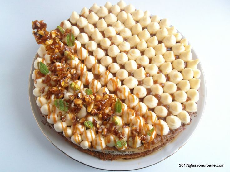 Tort cu crema caramel si mascarpone - Tort Maria. Un tort festiv cu crema de zahar ars, crema de mascarpone cu vanilie, sos caramel si crocant (grilias,