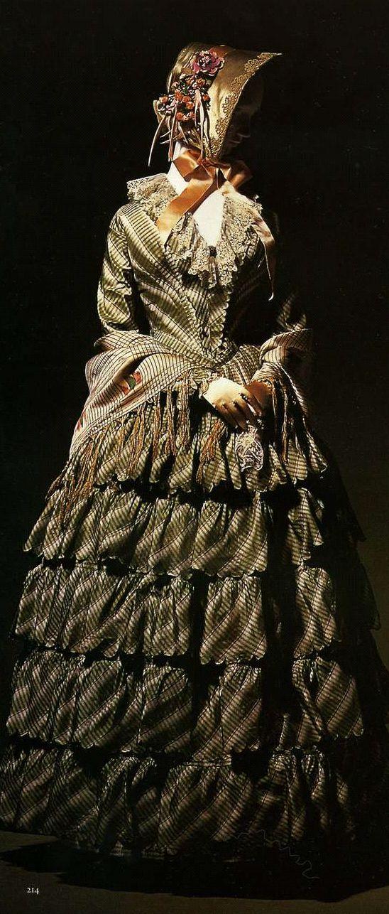 Дневное платье. Около 1850. Шелковая тафта в зеленую и белую клетку, юбка с пятью воланами, оканчивающимися фестонами.