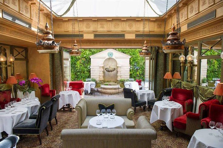 À la fois intime et accueillant, le Restaurant de l'Hôtel est l'une des adresses les plus romantiques et séduisantes à Paris, idéale pour un tête-à-tête.