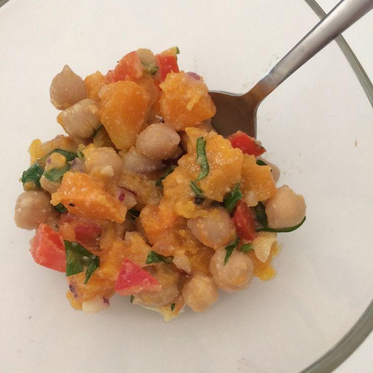 Теплый салат из тыквы с нутом и заправкой из тахини
