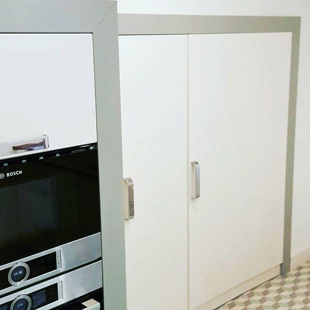 Always look on the B-side of kitchen!  Lássuk a b-oldalt általában ott a lényeg, minden jó lemezen itt találhatóak a technikásabb megoldások. Ebben a munkánkban a lépcső alatti beugró igazi belső építészeti kihívás jelentett! Amit változó polc mértetekkel, kihúzható üveg fiókok és kamra rácsokkal sikerült is beépíteni! És mégis egységessé tenni a konyha kinézettét áll ajtókkal! Műhelyneve is lett Harry Potter szekrény 😎! Neked is van egy lehetetlen beosztású alaprajzod? Gyere el hozzánk…