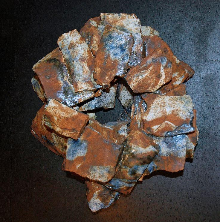 """Cuadro """"Nido"""" realizado en barro refractario y gres, decoración con oxido de cobalto y oxido de hierro"""