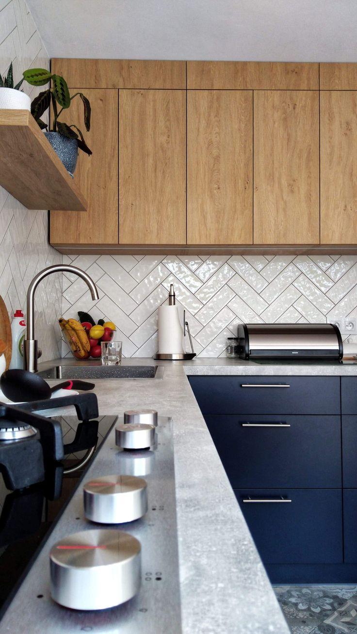 Granatowa Kuchnia Z Betonowym Blatem I Drewnem Kitchen Home Decor Kitchen Cabinets