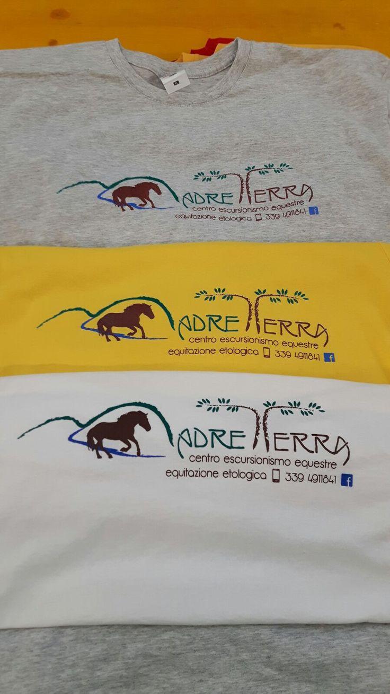 Stampa T-shirt a più colori.