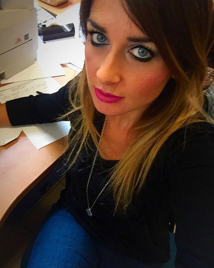 Giovedì mattina passato.. Ora pausa  buon pranzo!! Sulle labbra matitone @kikocosmeticsofficial n.4  #KIKOTRENDSETTER #outfitoftheday #detailslook #detailsoftheday #details  #makeup #mymakeup #mylook #outfitofthework #atwork #hair #hairstyle #outfit #ootd #kiko