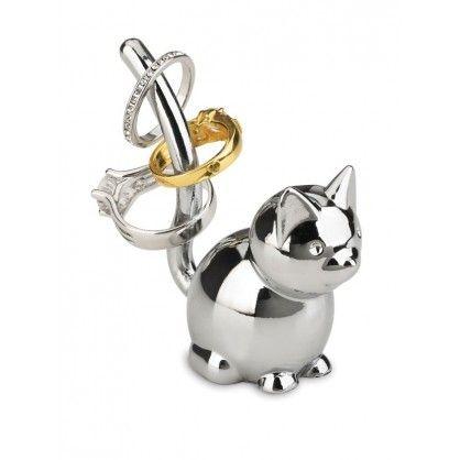 """Nietypowy stojak na pierścionki Zoola w kształcie kotka zwraca uwagę swym estetycznym kształtem i nowatorskim pomysłem na przechowywanie pierścionków. Idealnie nadaje się na prezent lub do codziennego """"pilnowania"""" pierścionków."""