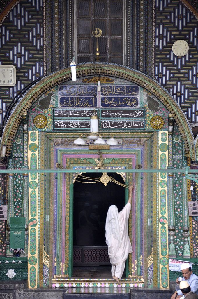 Woman entering mosque in Srinagar
