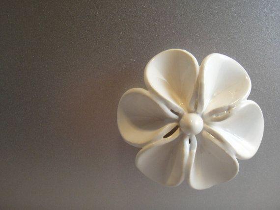 Fleur en céramique blanche classique aimant