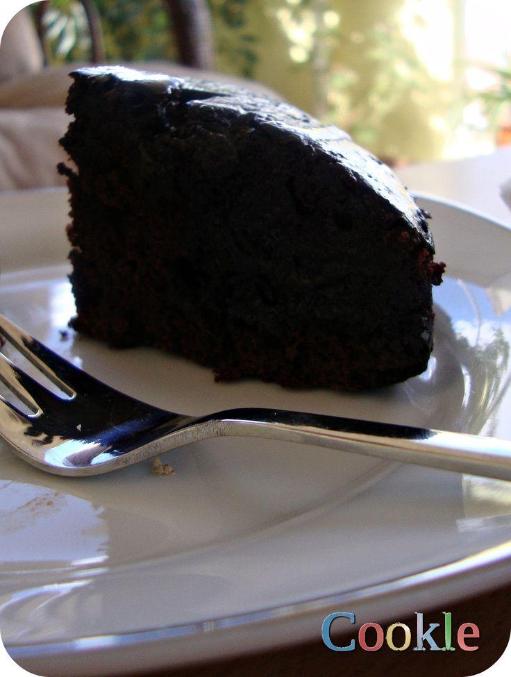 Αφράτο, ζουμερό, σοκολατένιο! Αυτό το κέικ είναι ο παράδεισος του σοκολατένιου γλυκού και θα το ετοιμάσεις μέσα στην κατσαρόλα σου. Ναι, ναι!! Άφησε το μίξερ στην άκρη γι' αυτή τη συνταγή. Δε…