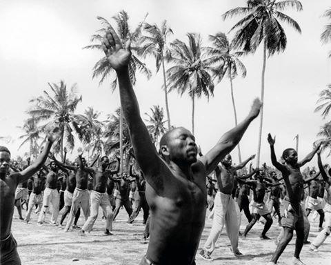 Guerrilleros del Frente de Liberación de Mozambique en un campo de entrenamiento. Mientras el resto de África se ha independizado, Mozambique y Angola no alcanzan su independencia hasta 1975. Las dos antiguas colonias portuguesas se sumen en prolongadas guerras civiles. En Sudáfrica gobierna el régimen racista del apartheid. El continente cuenta con infraestructuras y riquezas heredadas de la época colonial, pero el desarrollo se hace esperar y los gobiernos se muestran inoperantes.