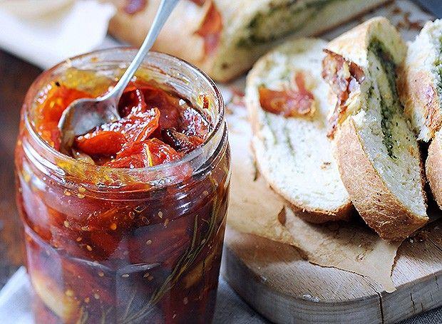 Compota de tomate assado com curry  Superversátil, essa compota pode acompanhar carnes e legumes assados, queijos e omeletes ou simplesmente ser servida sobre uma torrada
