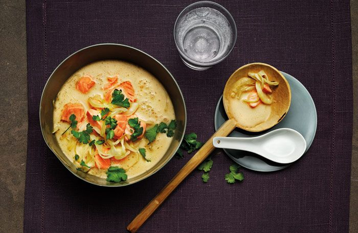 En delikat Tom Kha-soppa är både het och len på sammagång. Alla har sin twist på den och vår har en skön balansmellan de karaktäristiska smakerna kokos, vitlök, koriander,galanga, chili peppar, kaffir limeblad, citrongräs, ingefäraoch gurkmeja.