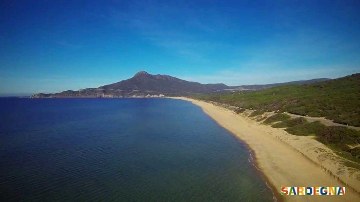 Subito a nord di #Buggerru, lungo la Costa Verde della #Sardegna, nella parte sud occidentale dell'Isola, si trova la spiaggia di San Nicolò. Mare verde smeraldo e un lungo arenile di sabbia dorata circondato dalla macchia mediterranea la rendono particolarmente affascinante. Non è mai troppo affollata.  #italy #sardinia #sea #beach