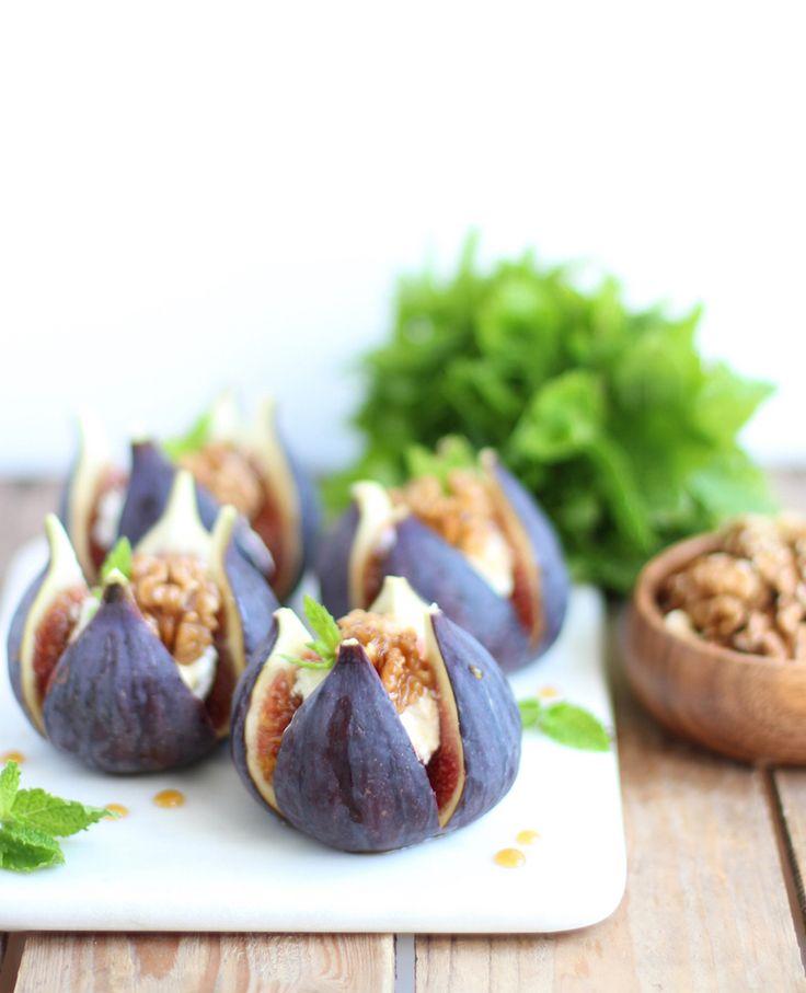 Es ist Feigenzeit! Am besten schmecken die saftigen Früchte mit Ziegenkäse und Walnüssen. Wie hier in dem Rezept für gefüllte Feigen mit Ziegenkäse.