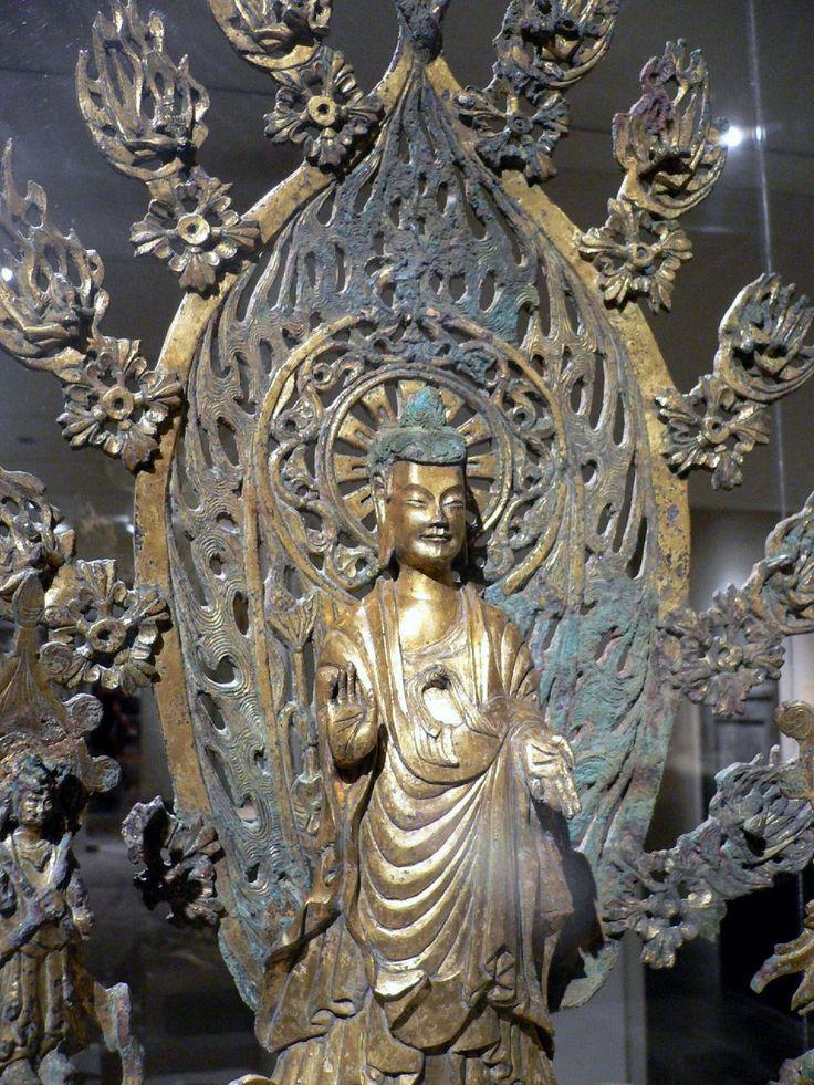 Wei del Norte budista de bronce, 524, con halo de dos anillos dentro de una mandorla en llamas.