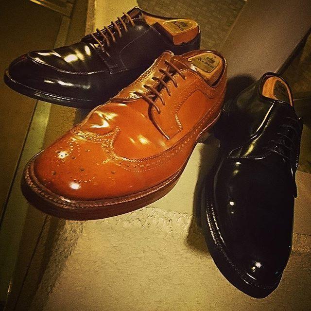 takei0201 #alden#shellcordovan 本日は つま先だけですが オールデンのコードバン・9015(先日#ピカー (°Д°)っとしてた靴)で、通常はクリーム→ワックスの所を 逆にするとどうなるか検証しました。  ①いきなりkiwiパレードグロスだけで仕上げる ②いきなりkiwi→サフィールのコードバンクリーム ③いきなりkiwi→アーティストパレット ④いきなりコロンブスの安いワックス→コロンブスの安いクリーム ⑤kiwiとコードバンクリームを混ぜて一気に塗り込み→仕上げる・・と まぁ アレコレやってみましたが、結論から言いますと#普通に磨け でした🌀  強いて言えば⑤がポツポツと見える毛穴が埋まって良かったけど、クリームとワックスが足を引っ張りあってる・・アーティストパレットの艶感が高級なリンスインシャンプーだとすると⑤はビジネスホテルの安っすいリンスインシャンプーみたいで、鏡面にはなりましたが 写真を撮る程ではありませんでした💧 ★昨夜の埃が付きやすい質問に@shoeshiner_koba405 さんと@del_efx さんが答えて下さり…