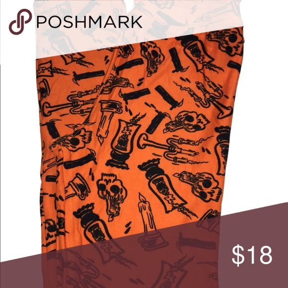 LuLaRoe Tween Halloween leggings BNWT and original packaging! These tween leggings are orange with a fun print detailed in black. I spy melting candle skulls! Buttery soft and perfect for any little lady to celebrate Halloween! LuLaRoe Pants Leggings