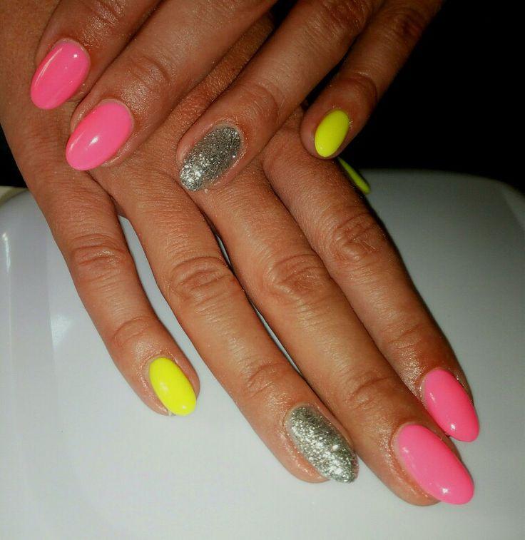 Unghie gel a mandorla, giallo e rosa fluo, argento glitter, ottima idea per l'estate!