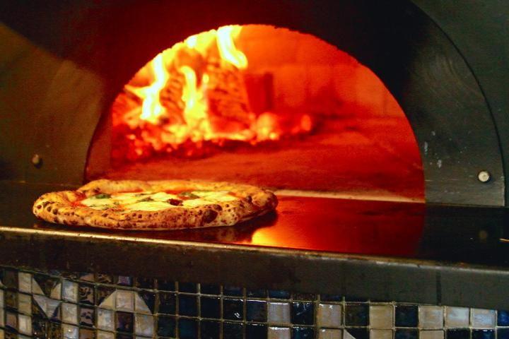 江ノ電鎌倉駅からすぐの「Latteria BeBe Kamakura(ラッテリアべべ鎌倉)」は、チーズ工房が併設されたイタリアンレストラン。手作りのフレッシュチーズと釜焼きピザを目当てに訪れるお客さんで日夜行列ができています。