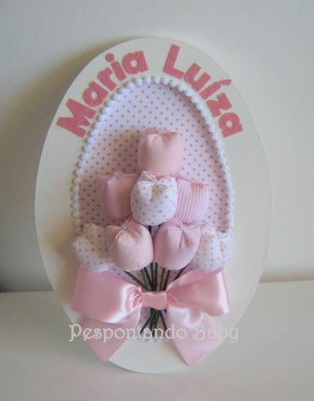 Enfeite de porta para maternidade, em MDF, decorada com tulipas. Pode ser utilizada na porta da maternidade e também na decoração do quarto do bebê. Pode ser confeccionada no tema a sua escolha. Disponível também no formato redondo. R$ 73,00: