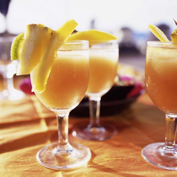PUNCH BRESILIEN (Pour 4 P : 1 l de jus d'ananas non sucré • 25 cl de lait de coco non sucré • 15 cl de sirop de canne • 50 cl de rhum blanc)