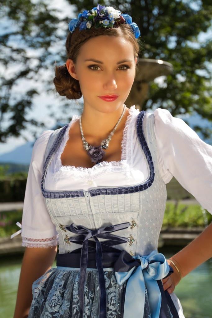 #Farbbberatung #Stilberatung #Farbenreich mit www.farben-reich.com Dirndl für den hellen Wintertyp - femininer Look