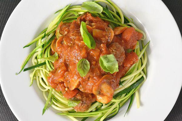 Hoewel pasta heerlijk is, is het niet zo gezond. Deze Courghetti met gehaktballetjes in tomatensaus is dat wel. En gelukkig alsnog lekker. Nou ja alsnog.. eigenlijk gewoon... nóg veel lekkerder!