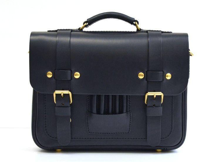 ヨーロッパの伝統的なスクールバッグを思わせるトラディショナルスタイルの本革3wayバッグ。クラシックなデザインはメンズ・レディース問わず、ビジネスでもカジュアルでも使えるカバンです。