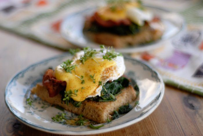 Recept på bästa äggrätten till brunch. Pocherat ägg på smörstekt bröd, spenat, krispig bacon och allting toppat med hemmagjord hollandaisesås.