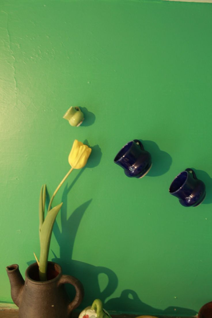 tazas encontradas  en un bazar... casi me pagaron por llevármelas y yo feliz...
